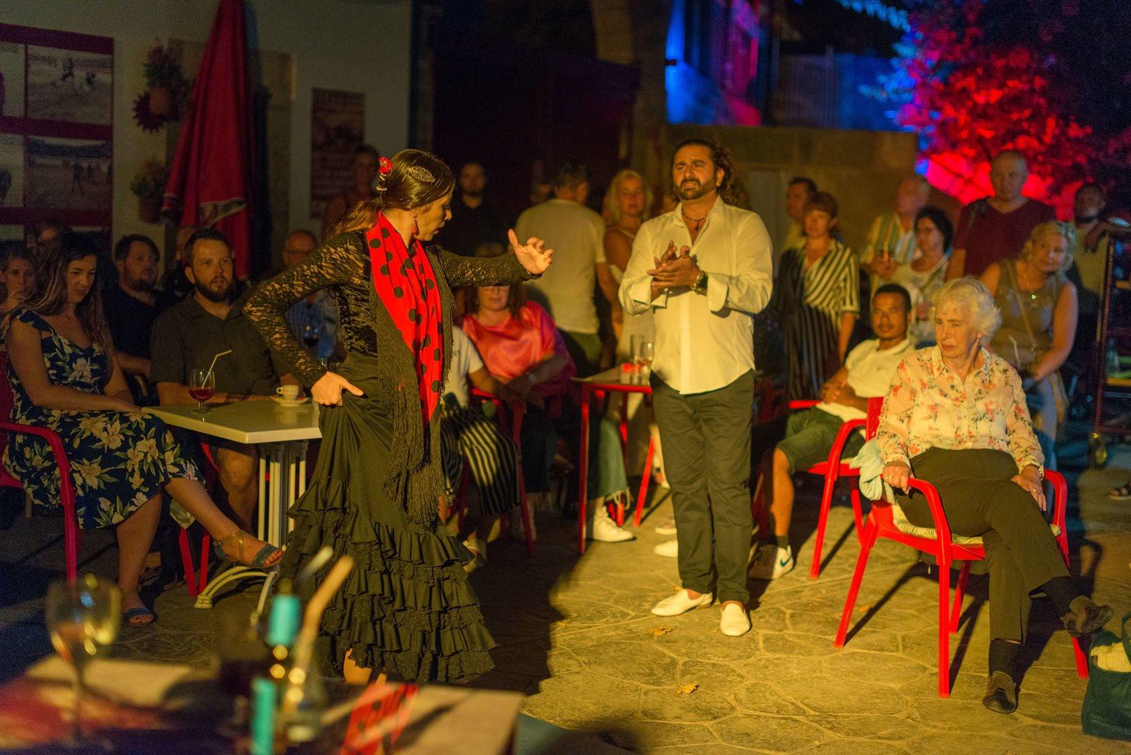 Kunden geniessend von Flamenco Show
